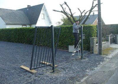 Pose de poteaux pour une clôture à Binche