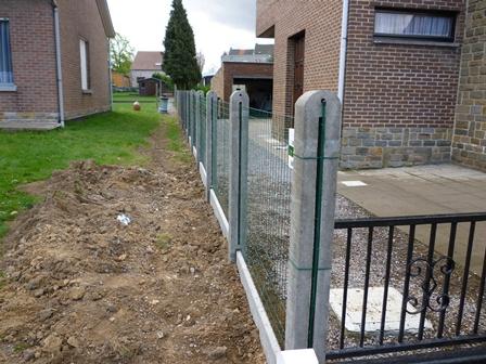 Pose de clôture avec poteaux en béton et treillis soudé