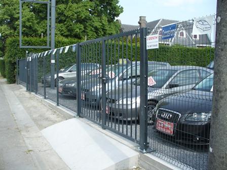 Installation d'une clôture pour une entreprise automobile