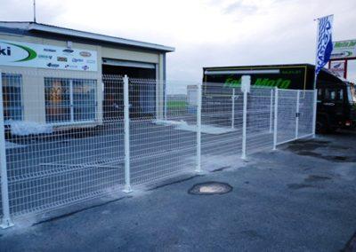 Pose de poteaux pour une clôture à Mons