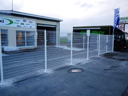 Une clôture en treillis soudé pour un commerce en sécurité